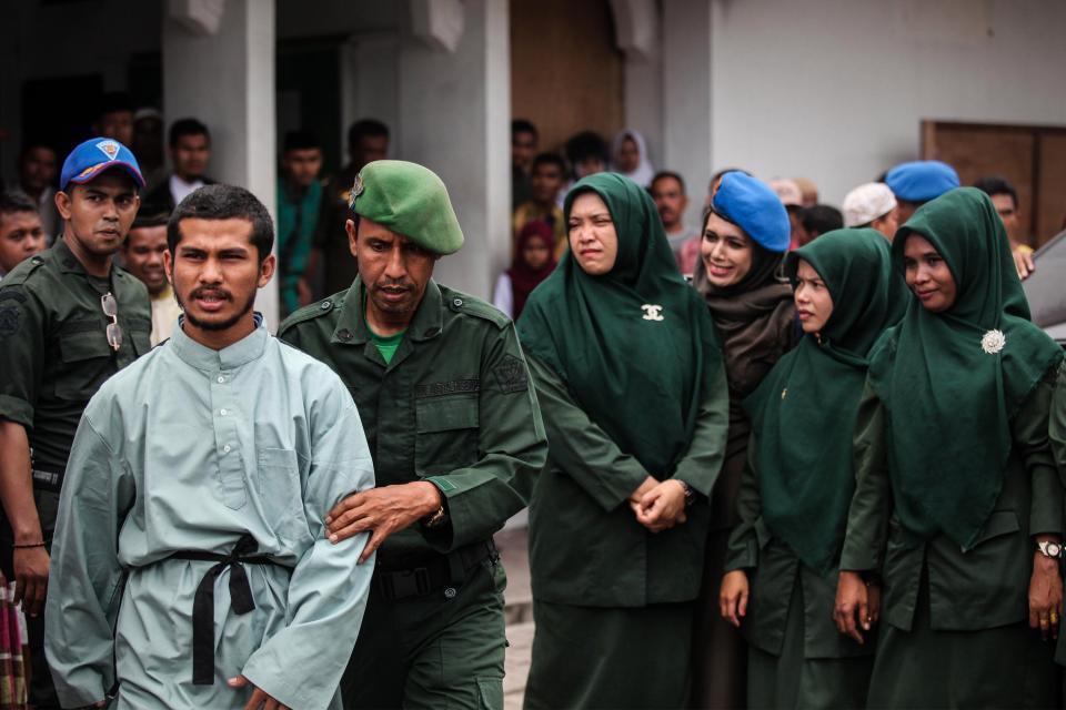 По законам шариата: мужчин и женщину публично выпороли в Индонезии