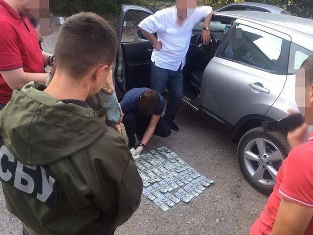 СБУ задержала во время получения взятки замначальника исправительной колонии в Черновицкой области, требовавшего от осужденного $5 тыс. за условно-досрочное освобождение. ФОТОрепортаж