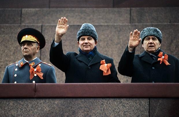 Михаил Горбачев (в центре) и министр иностранных дел СССР Андрей Громыко на трибуне Мавзолея В.И. Ленина