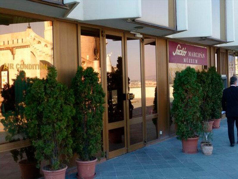 Музей марципана расположен в одном здании с отелем Хилтон