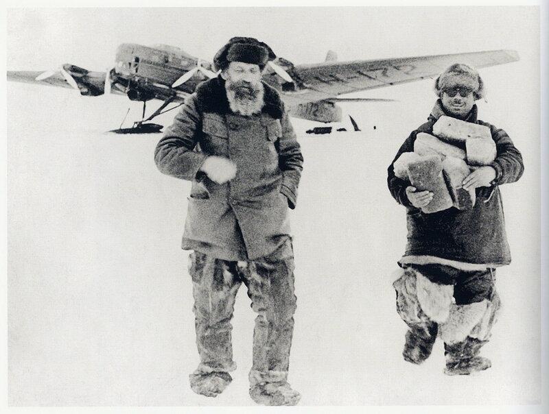 Отто Шмидт и Иван Папанин идут от самолёта Н-172. Первая высокоширотная воздушная экспедиция, 1937. Фото - Яков Халип.