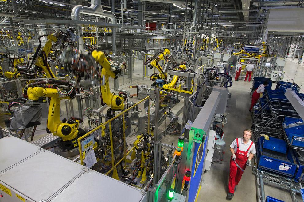4. На участках, где работают роботы, людей практически нет. Только несколько человек контролиру