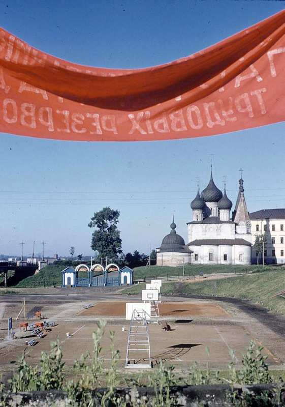 Набережная Которосли со знаменитыми храмами 17 века Ярославской школы: