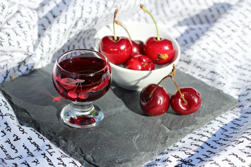Густой ароматный напиток получается сладким, но с приятной кислинкой. Если не удалять из вишен