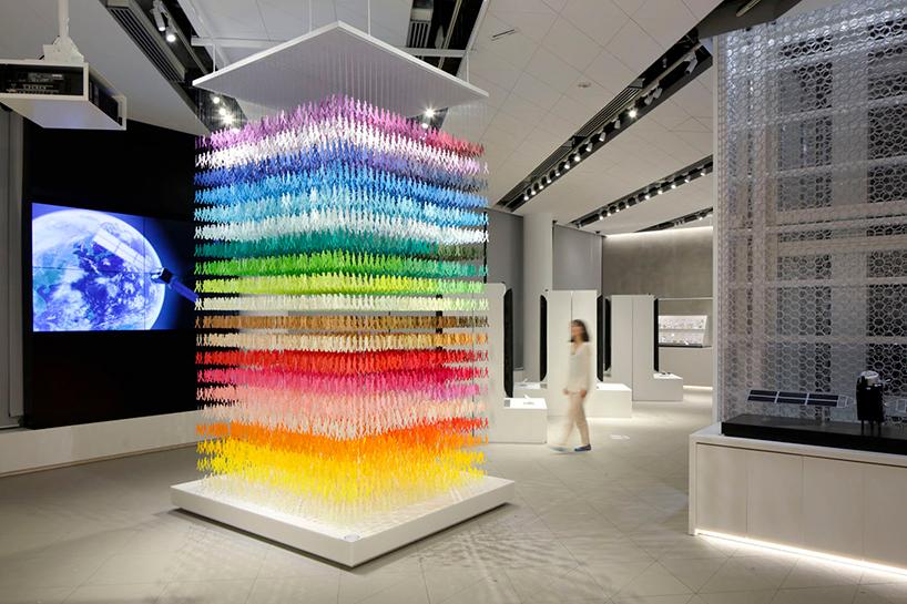 Слоеная инсталляция из цветных силуэтов Emmanuelle Moureaux