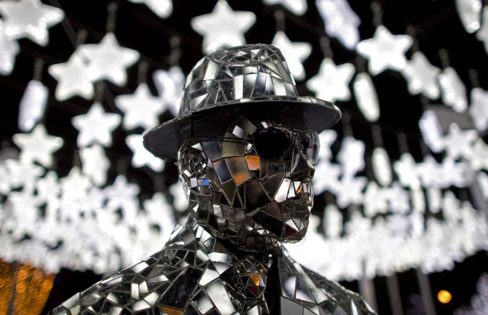 17. Уличный артист на площади на фоне рождественских огней в Боготе. (AP / William Fernando Martinez
