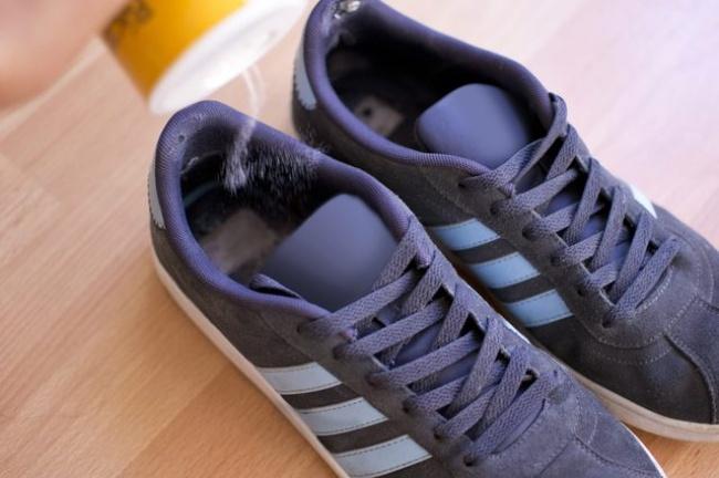 © livestrong  Несколько ложек соли, насыпанной втканевые мешочки, помогут избавить обувь отн