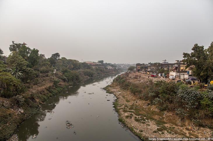 2. А вот по левую сторону реки расположены кварталы, которые с точки зрения цивилизованного человека