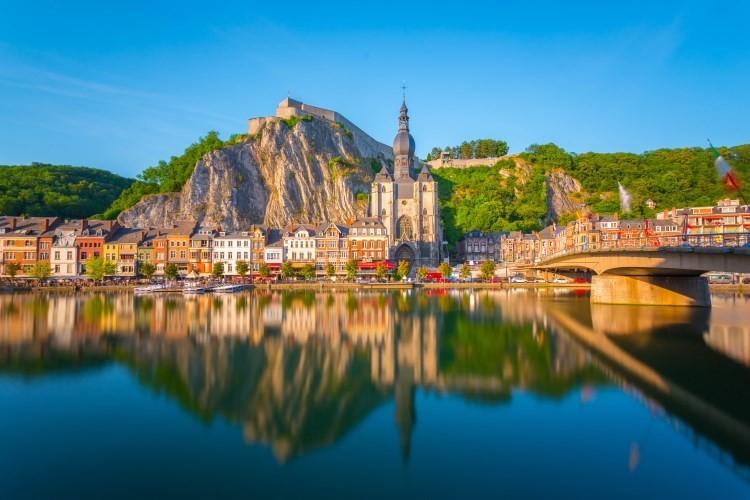 Расположенный в юго-западной части Бельгии Динант находится во франкоязычной области Валлонии, всего