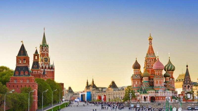 Россия, согласно Конституции, является светским государством, в котором никакая религия не может уст