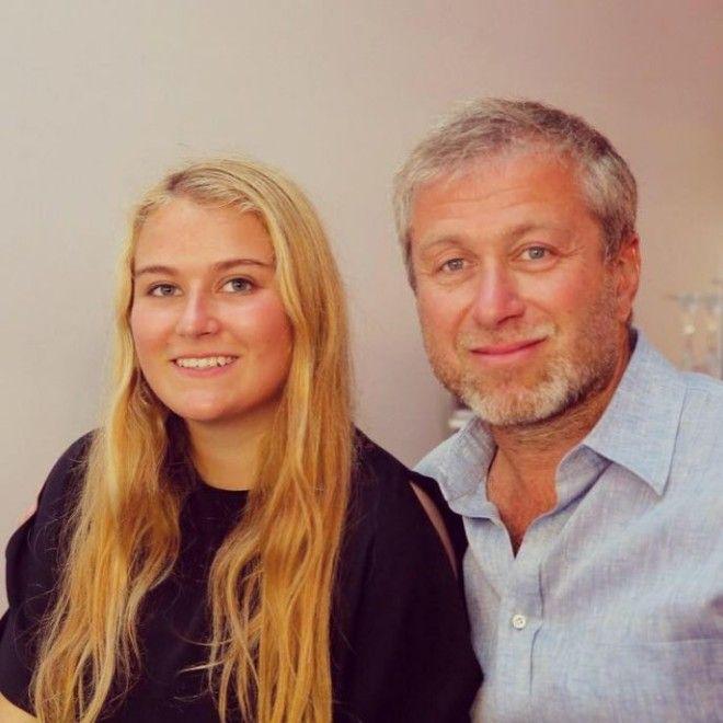 Весьма приличное наследство досталось девушке от отца – известного во всем мире миллиардера Ро