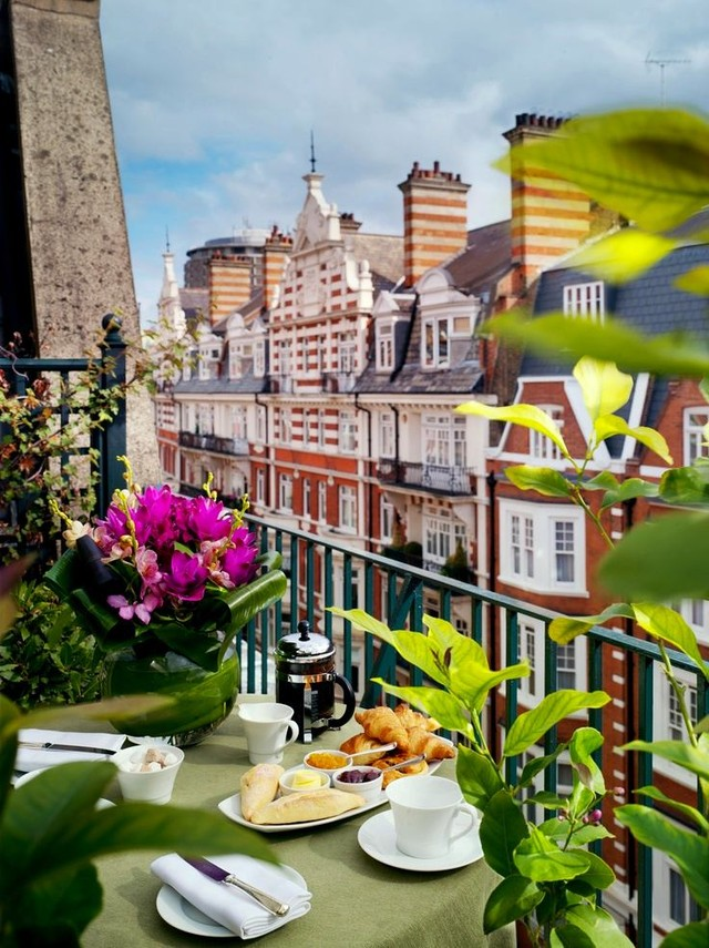 2. Даже очень-очень маленький балкон выглядит гораздо интереснее с живыми растениями и цветами. Эффе