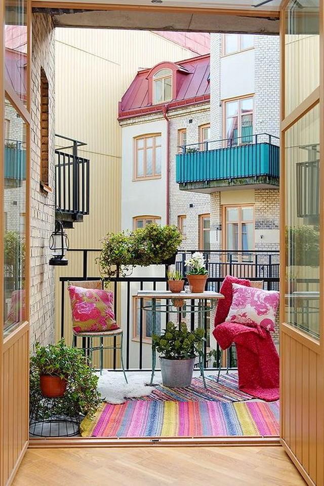 11. Коврик и подушки — то, что так редко используют на балконе. И то, что может его так красиво прео