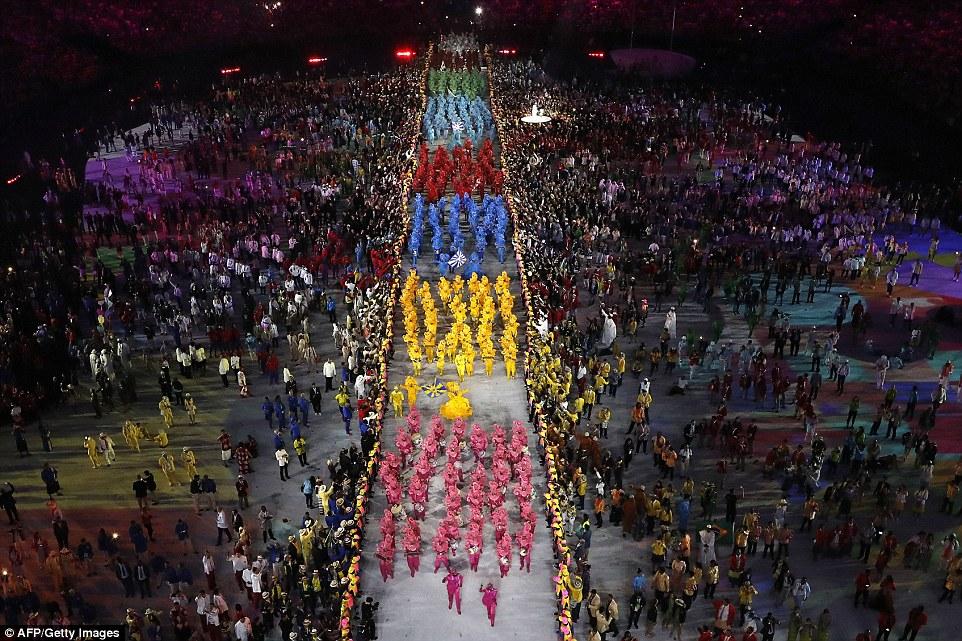 Вид сверху на процессию школ самбы на церемонии открытия.