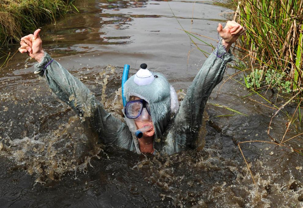 Участники бросают вызов 40-метровому водоему-трассе из грязи. (Фото Rebecca Naden | Reuters):