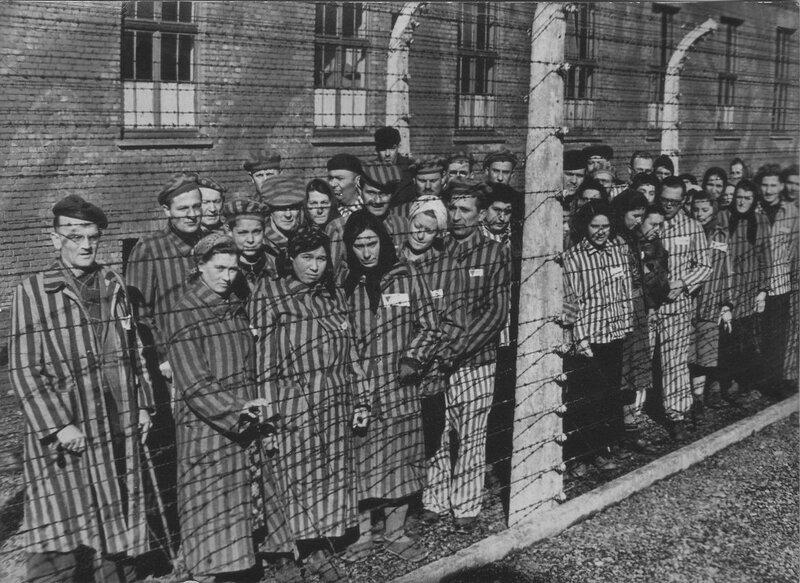 Группа узников и узниц концлагеря Освенцим (Аушвиц 1) у колючей проволоки после освобождения