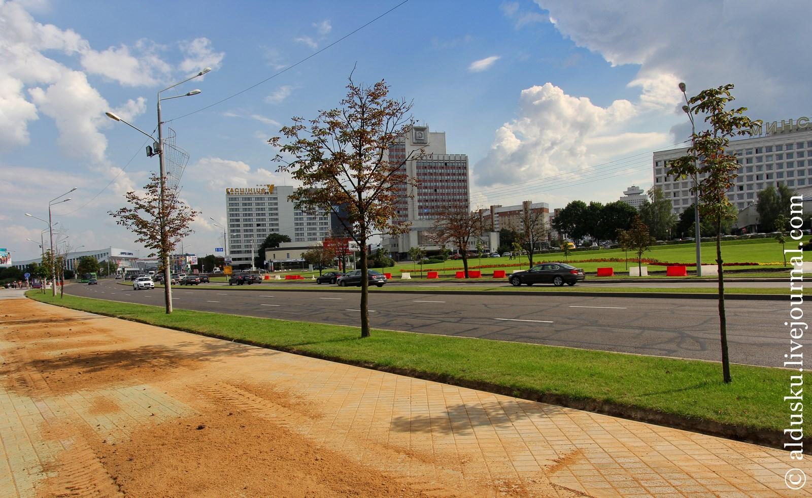 Тротуар к музею ВОВ старательно обновляют