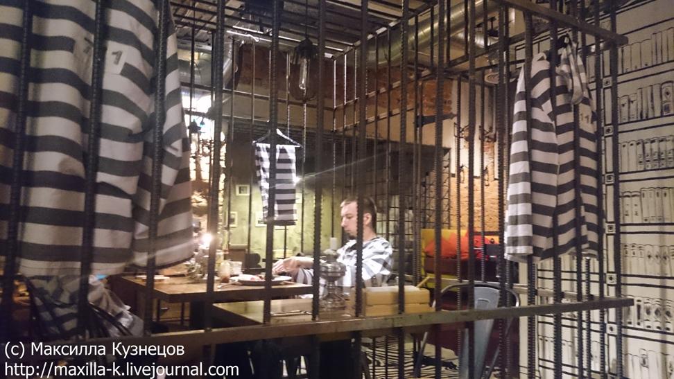 Обед в тюремной камере