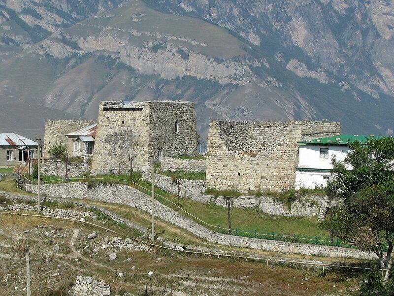Реконструированная жилая башня в селении Фуртоуг с крышей