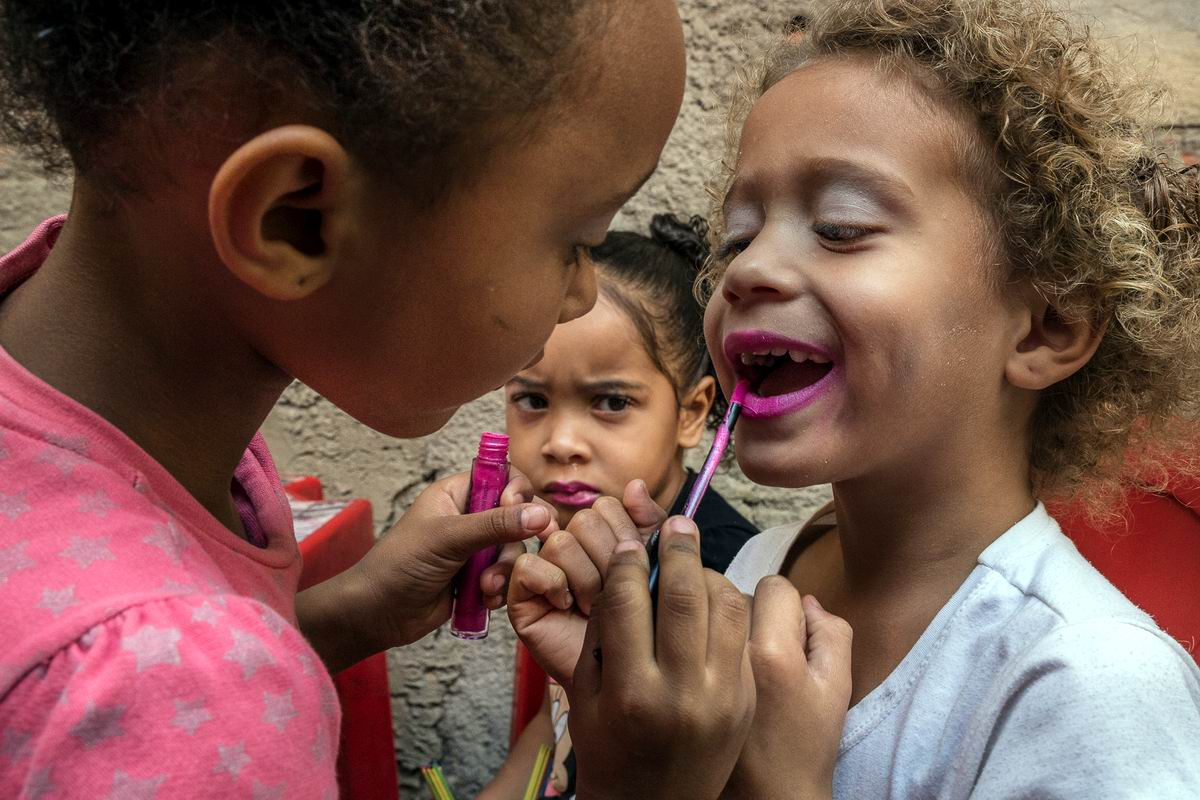 Ну что, давай накрасим губки?: Юные красавицы из бразильских фавел