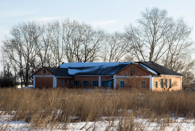 оранжевый дом оживляет пейзаж