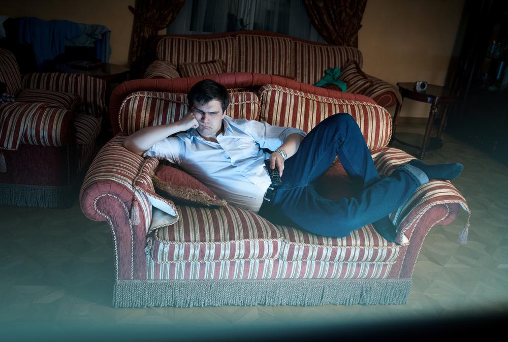 Дорогие каникулы и секрет успеха Викинга man lying on sofa and watching TV at night