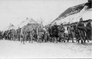 1915. Пленные по дороге в штаб
