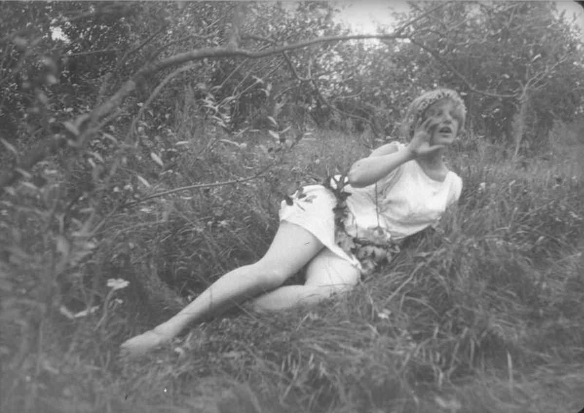 Девушка в тунике и венке