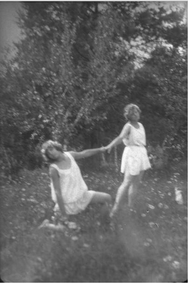 Девушки в туниках на поляне