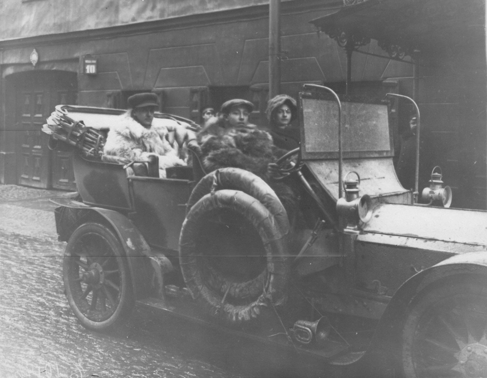 Автомобилисты, члены Императорского Российского автомобильного общества, в машине