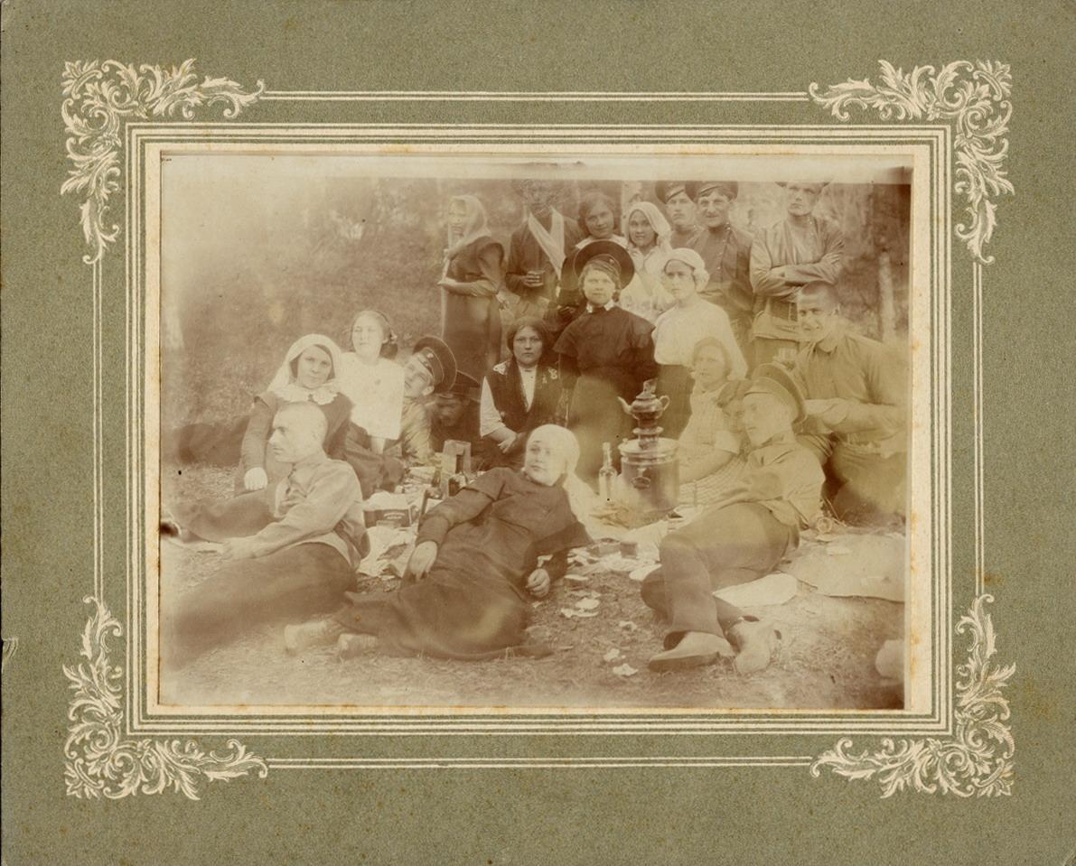 Учитель А.И.Земский в группе молодежи на пикнике, май 1914