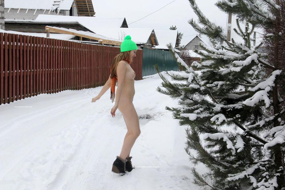 Голая Анжелика на зимней прогулке