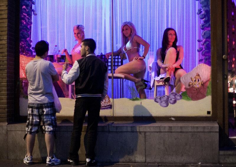 В Амстердаме туристам запретили смотреть на девушек за стеклом.