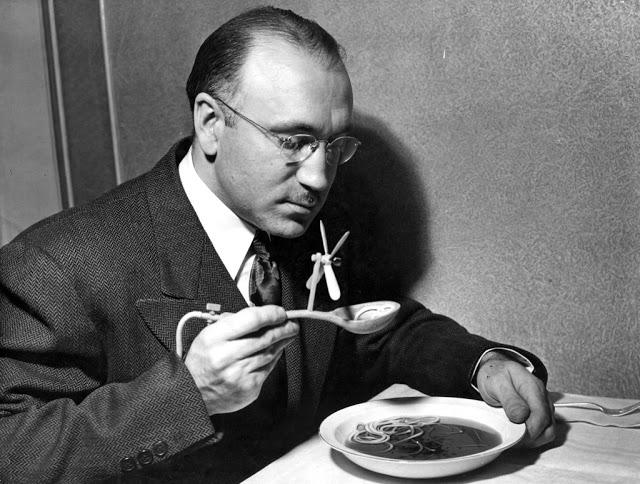 Остужающая суп ложка На фотографии 1948 года мужчина ест суп ложкой, специально спроектированной так