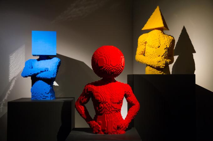 Территория выставки разделена на несколько тематических залов, среди которых «Мастерская художника»,