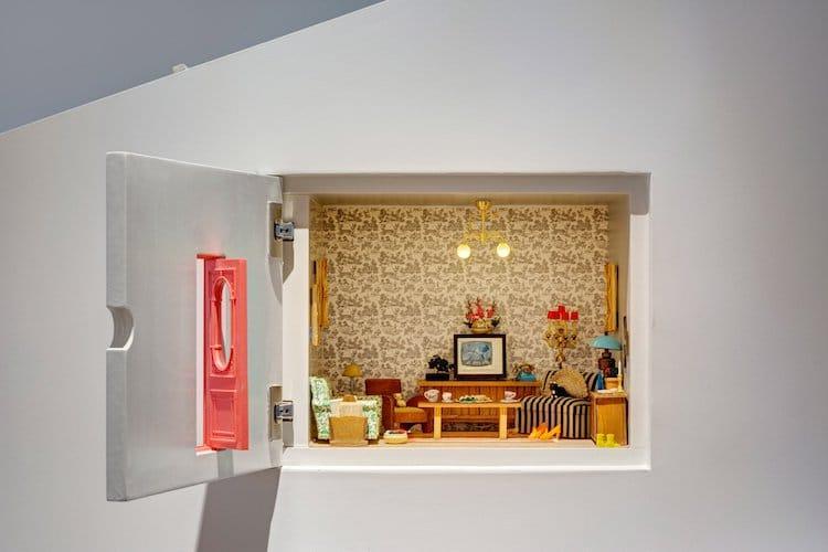 В стенах расположены удобные полки для хранения. В одной из них находится диорама, изображающая крош