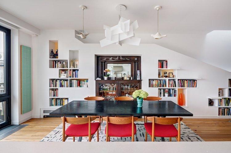 Благодаря необычной мебели хозяева дома могут продемонстрировать свою обширную коллекцию произведени