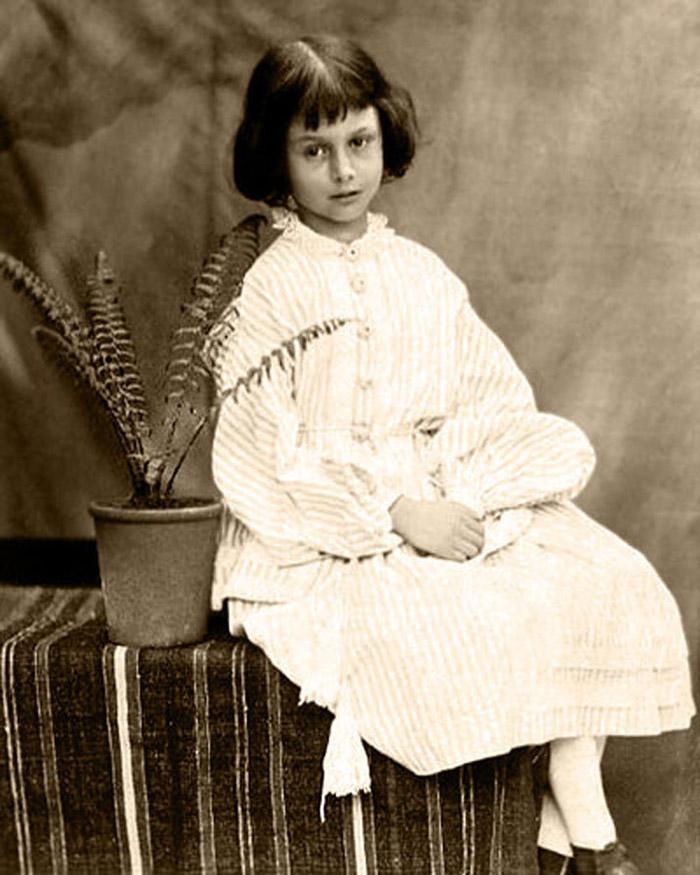 Алиса Лидделл — прототип « Алисы в Стране чудес » из книги Льюиса Кэрролла. Дочь ректора Оксфордског