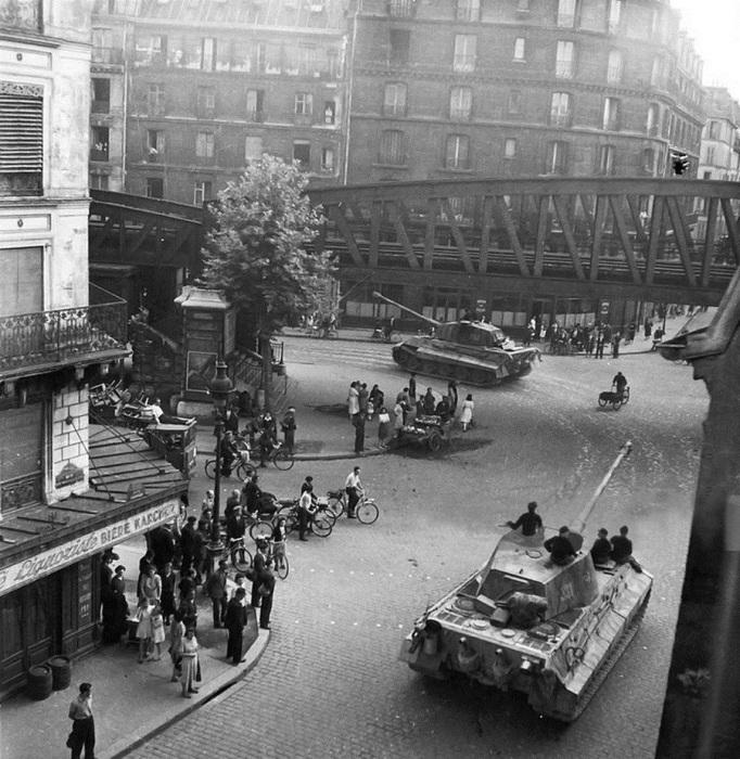 Танки 503-го тяжелого танкового батальона вермахта движутся по улице Парижа в направлении Нормандии.