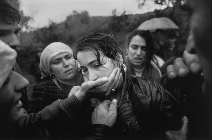 Избица, Косово, Югославия. Аджмане Алиу, мать шестерых детей, утешают родственники и друзья на похор
