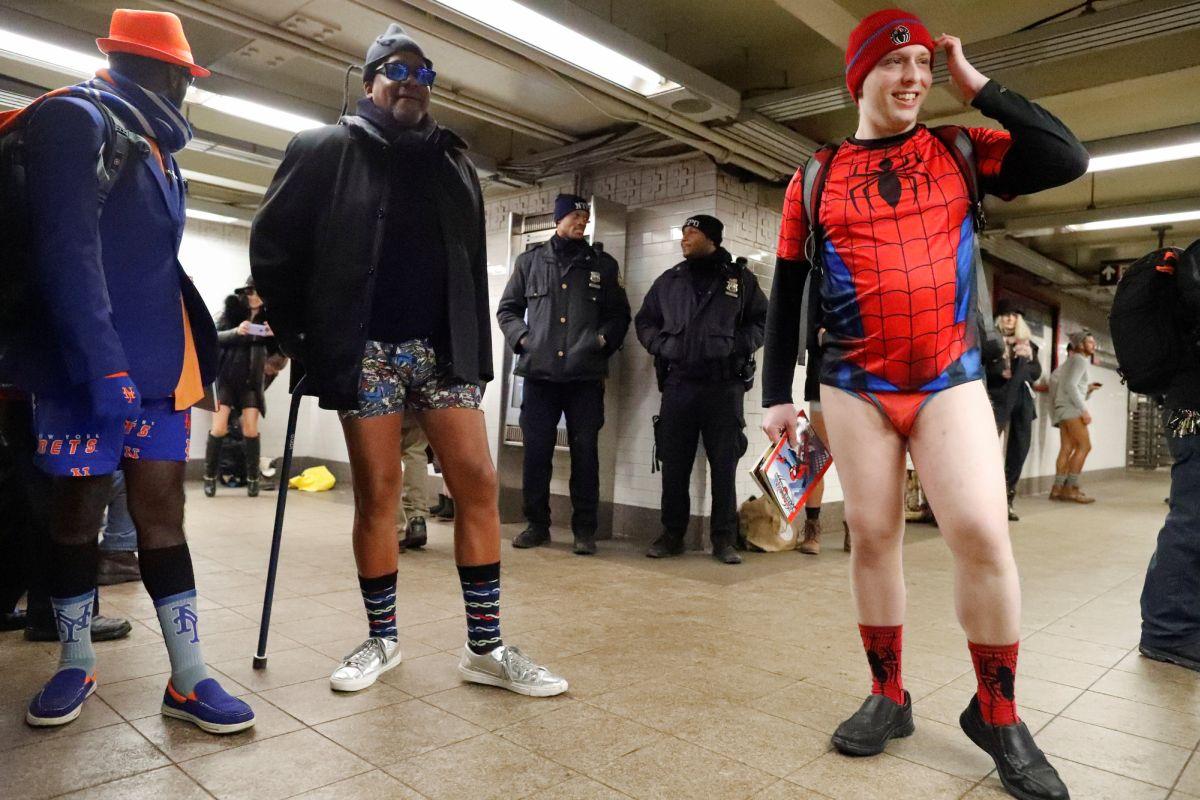 Участники флешмоба под бдительным присмотром нью-йоркских полицейских.