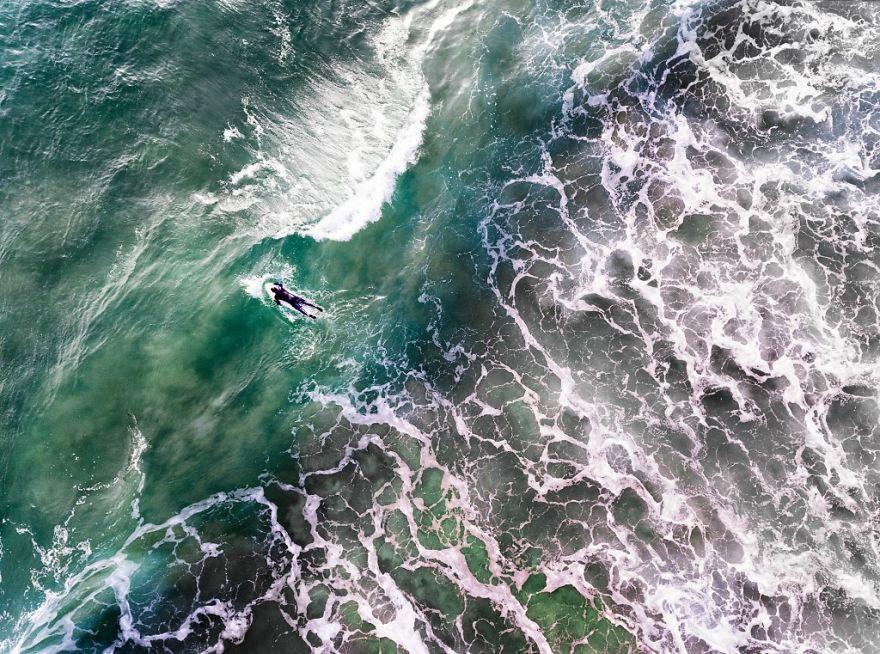 Португальский серфер преодолевает волны и февральский холод. Автор фото: jcourtial.