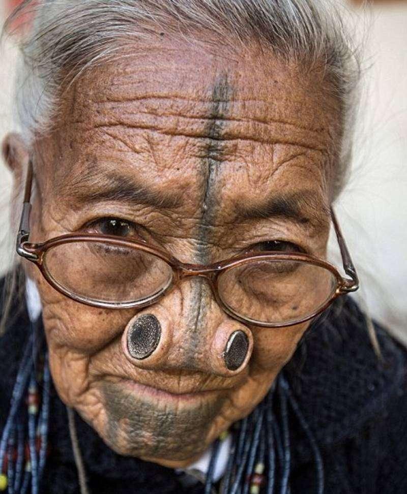 Численность племени невелика и составляет порядка 26 000 человек. Все они верят в языческую религию