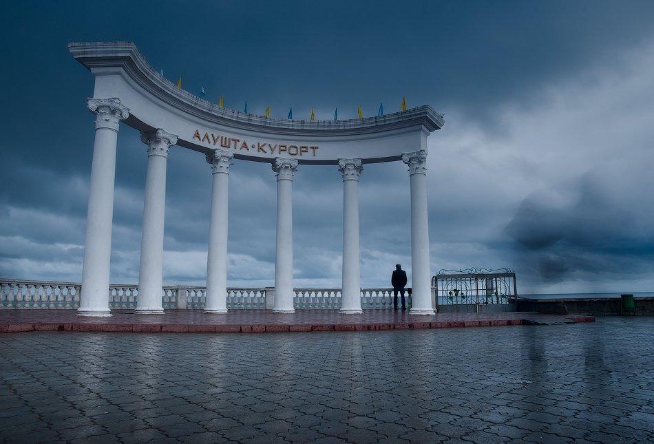 Алушта – старый, тихий городок на берегу Чёрного моря. Разрушенные пирсы, ржавые навесы над морем –