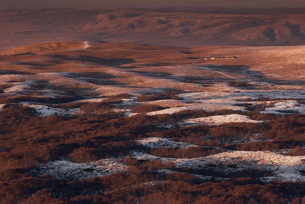 Закат длился часа два. И над плато проявился очень красивый цвет: