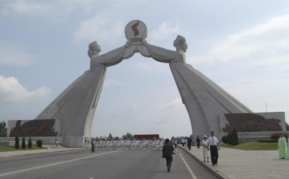 18. Монумент памяти советских воинов, освобождавших Корею. Находится в очень красивом парке, по кото