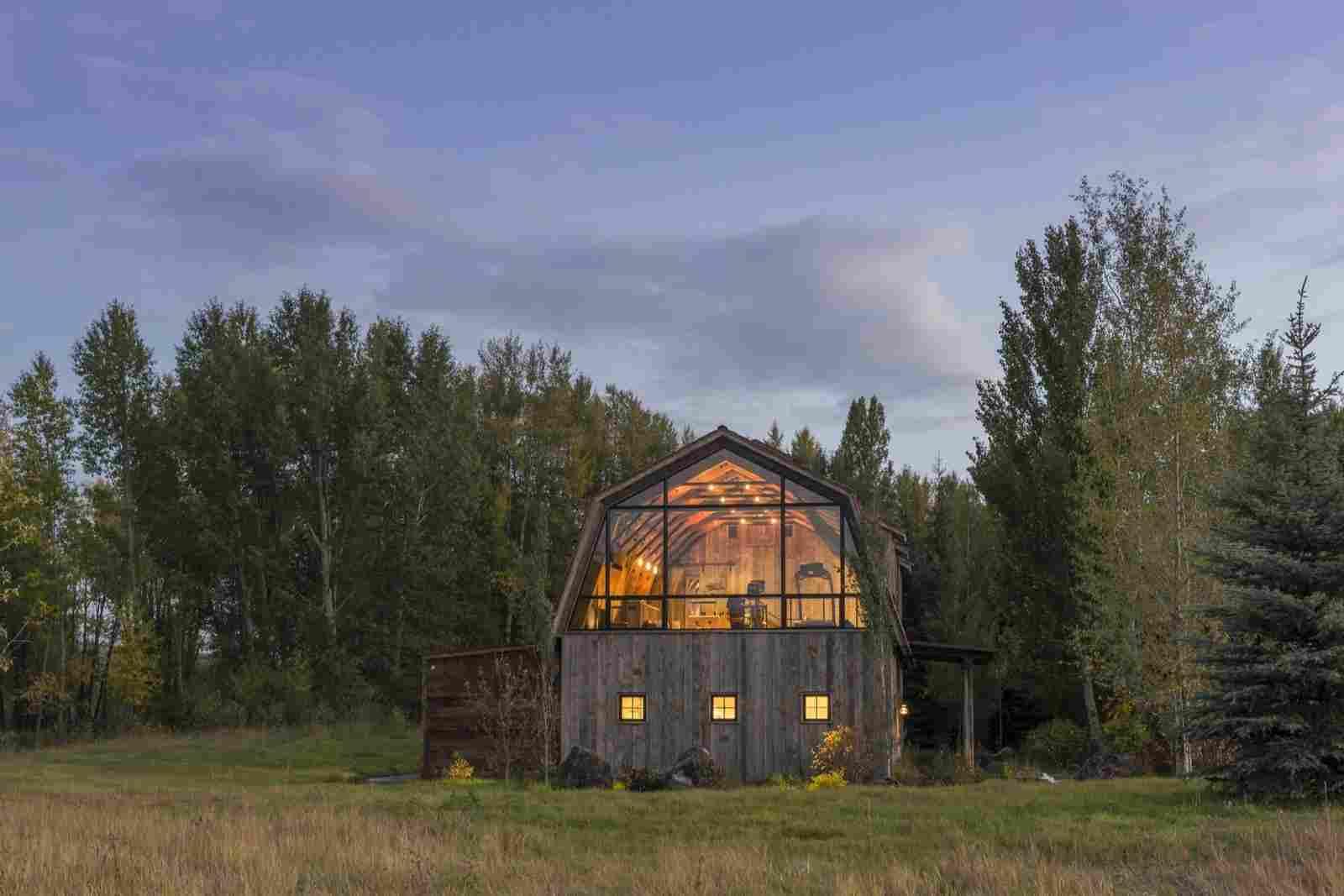 Посмотрите на этой сарай – жилье одного семейства. Вы будете удивленны видом внутри сарая. Постройка