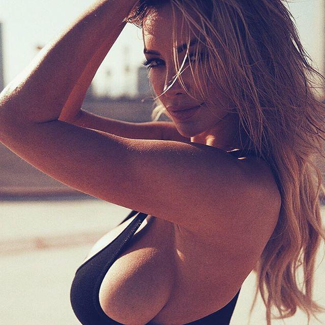 Огненные фото блондинки Линдси Пелас
