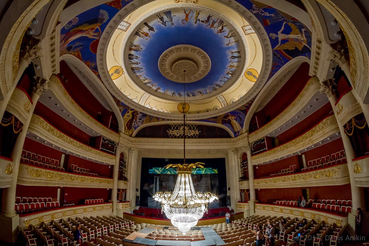 опускают люстру в театре оперы и балета фото 11