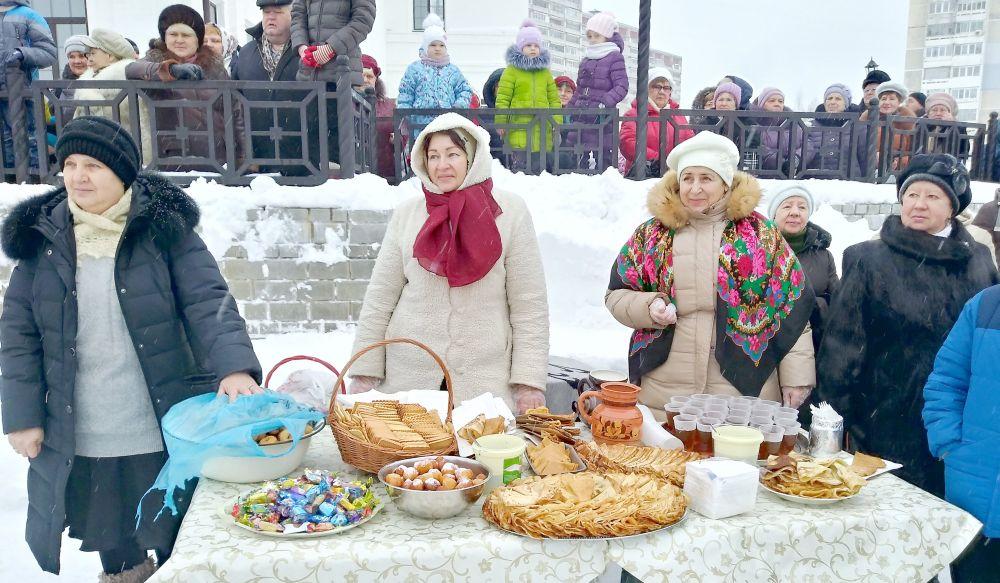 Сласти, блины и горячий чай раздавали гостям бесплатно